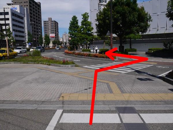 奥に続く横断歩道を渡って直進