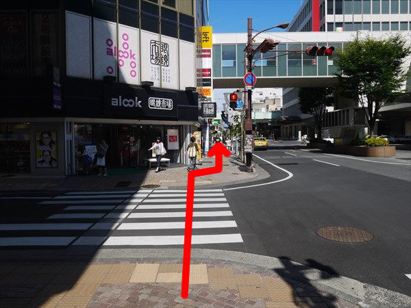 横断歩道を直進