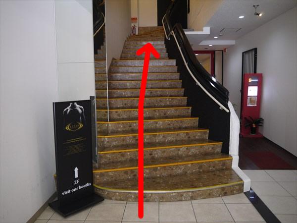 ライザップの看板のある階段
