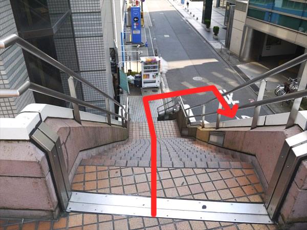 階段で地上に降りる