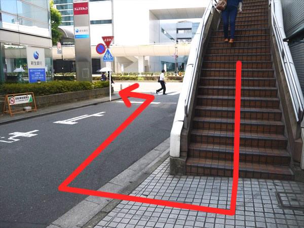 階段を降りて進む方向