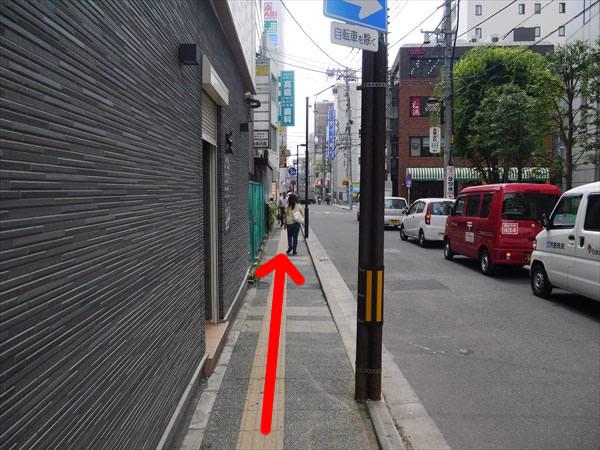 狭い歩道を直進