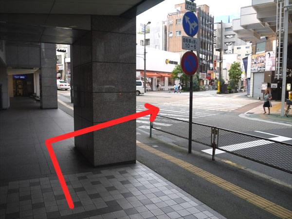 東武百貨店前の横断歩道へ