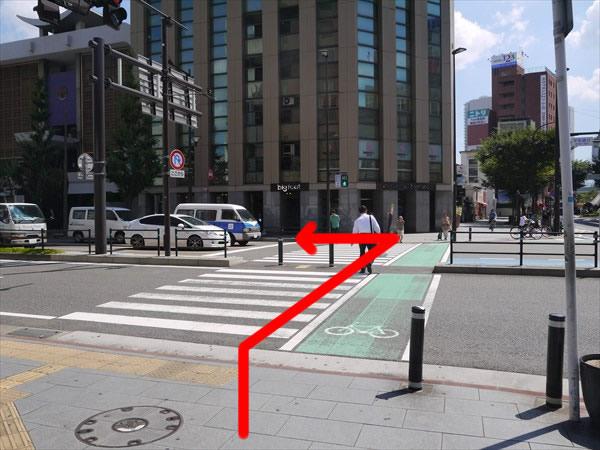 大きい横断歩道を渡って左折