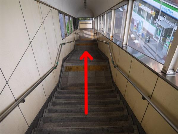 階段で地上へ下りる