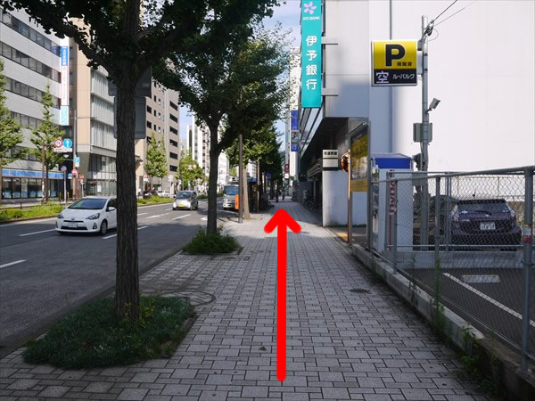 駐車場前を直進