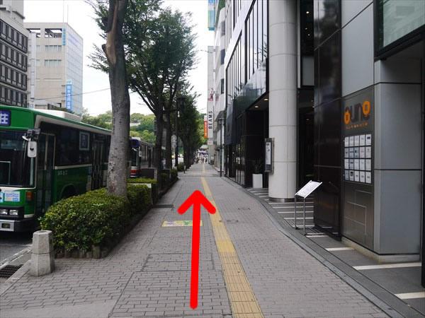 歩道を直進