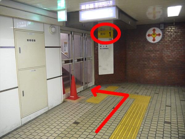 すすきの駅の1番出口のドア手前