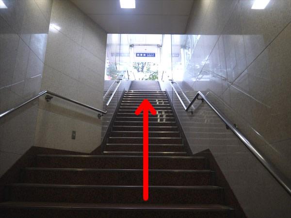 1番出口へと続く階段