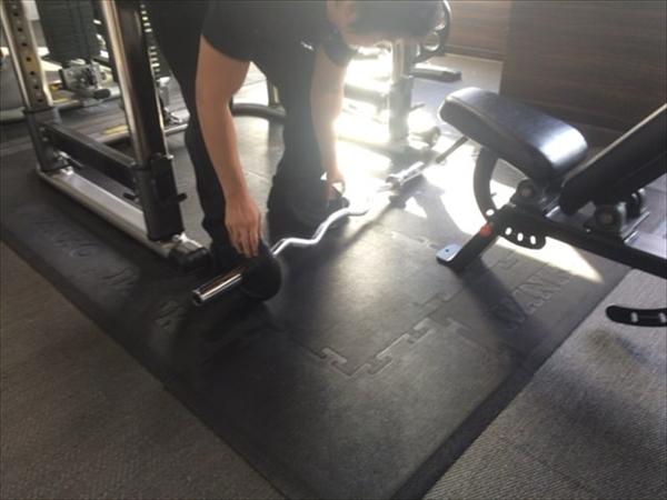 5kgのプレートに変更するトレーナー