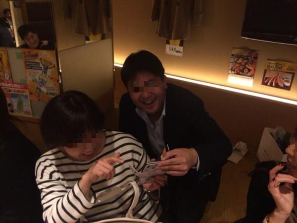 まりんさんのビフォーアフター写真を見て爆笑する二人