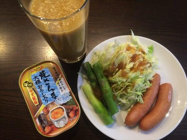 5/21(土)の朝食の焼さんまの缶詰とサラダと自家製スムージー