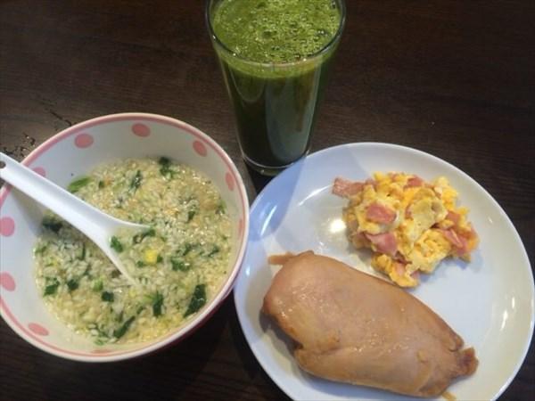 5/22(日)の朝食に食べたサラダチキンとライザップの鮭雑炊と自家製グリーンスムージー