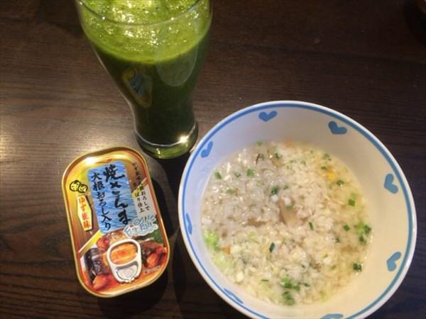 5/23(月)の朝食で食べたライザップのとり雑炊と焼さんまの缶詰と自家製グリーンスムージー