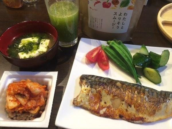 5/23(月)の夕食に食べた焼き魚とキムチ納豆とチアシード入りスムージー