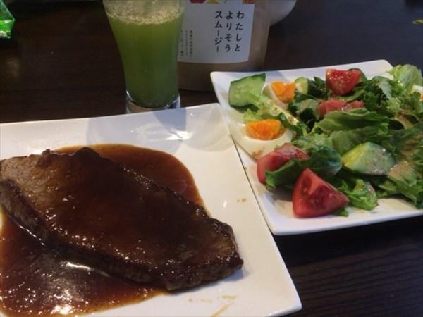 5/24(火)のランチで食べた牛ステーキとサラダとわたしとよりそうスムージー