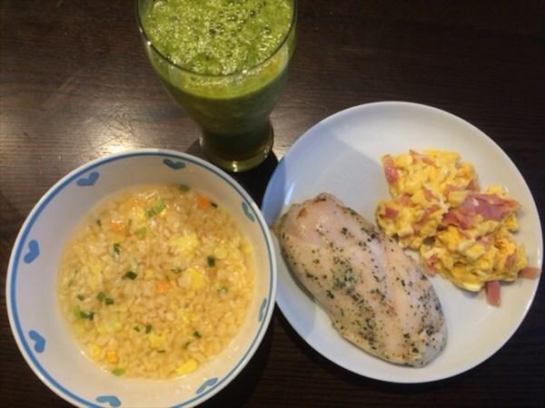 5/25(水)の朝食で食べたライザップのキムチ雑炊とサラダチキンと自家製グリーンスムージー