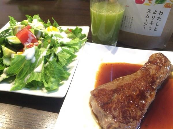 5/25(水)の昼食に食べた牛ステーキと野菜サラダとチアシード入りスムージー
