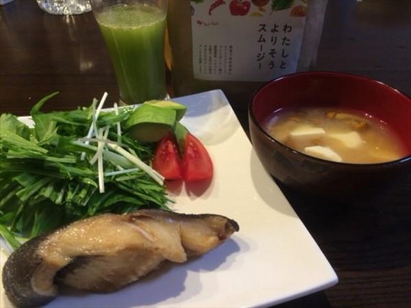 5/25(水)の夕食に食べた煮魚と味噌汁とわたしとよりそうスムージー