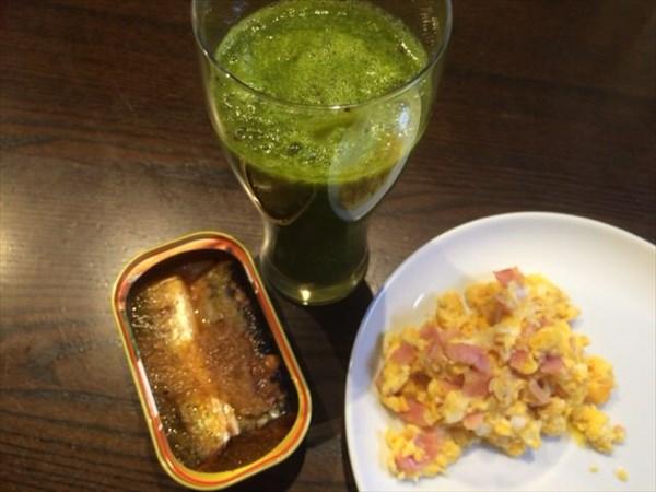 5/26(木)の朝食に食べた焼さんまの缶詰とたまごと自家製グリーンスムージー(チアシードなし)