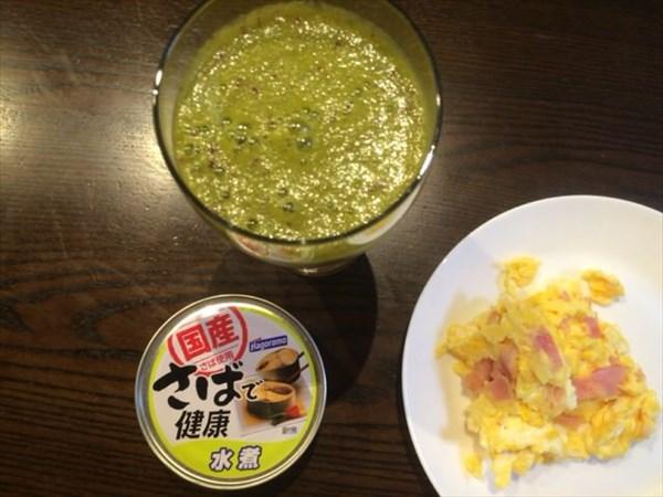 5/27(金)の朝食に食べたさば水煮と自家製グリーンスムージー