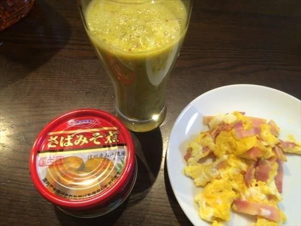 さばみそ煮の缶詰と自家製スムージー(チアシードなし)