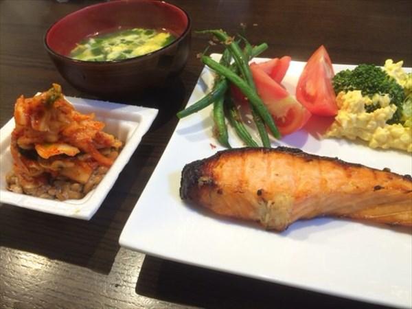 焼き鮭とキムチ納豆と味噌汁
