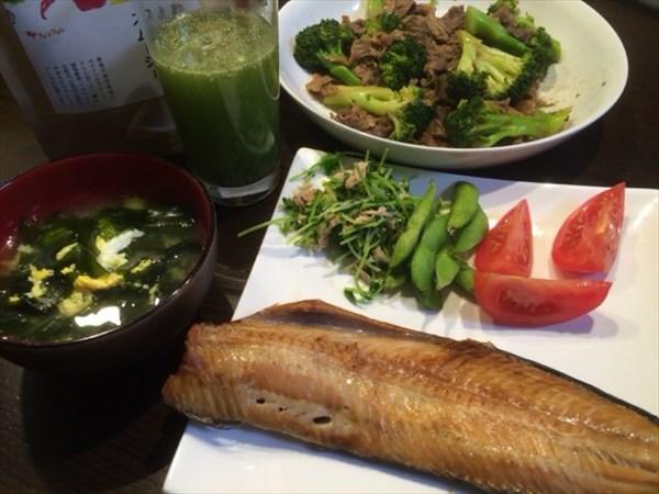ほっけと味噌汁と牛肉とブロッコリーの炒め物とわたしとよりそうスムージー