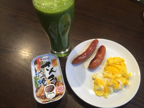 さんまの塩焼き缶詰と自家製グリーンスムージー