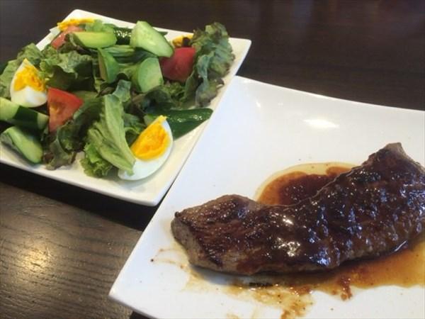 牛ステーキと野菜サラダ