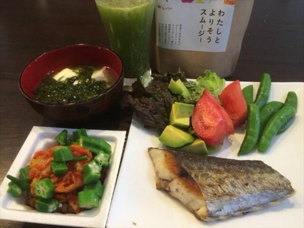 鯖の塩焼きとキムチ納豆とわたしとチアシード入りよりそうスムージー