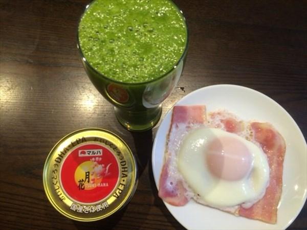 鯖の水煮とベーコンエッグと自家製スムージー
