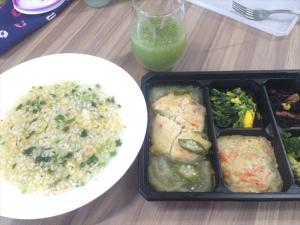 ライザップの雑炊と豆腐ハンバーグとわたしとよりそうスムージー(チアシード入り)