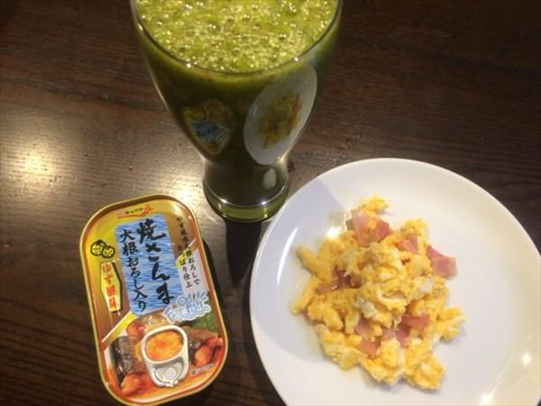 焼きさんまの缶詰と自家製グリーンスムージー(ホワイトチアシードなし)