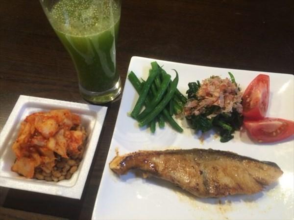 焼き魚とキムチ納豆とわたしとよりそうスムージー(無農薬ホワイトチアシード入り)