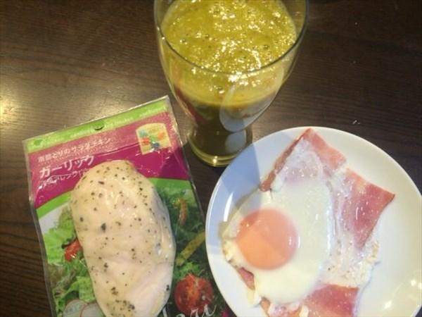 6/4の朝食で食べたサラダチキンとベーコンエッグと自家製スムージー(チアシードなし)