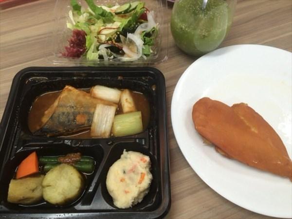 6/6のランチで食べた鯖みそ弁当とスモークささみとわたしとよりそうスムージー