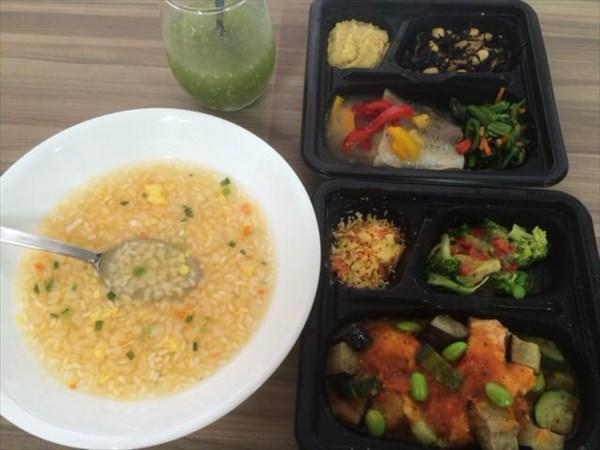 6/7の昼食で食べたライザップのキムチ雑炊とライザップ弁当2つとわたしとよりそうスムージー
