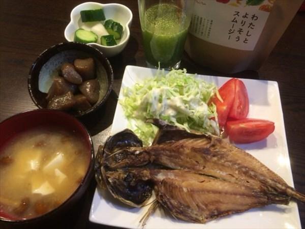 6/7の夕食で食べた焼き魚とわたしとよりそうスムージー