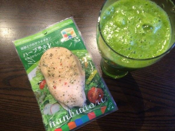 6/9の朝食で食べたハーブチキンと自家製グリーンスムージー(チアシードなし)