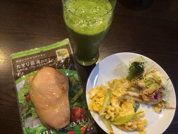 6/10の朝食で食べたサラダチキンとグリーンスムージー