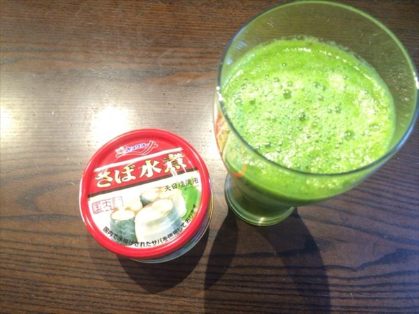 6/15の朝食で食べたさば水煮とグリーンスムージー