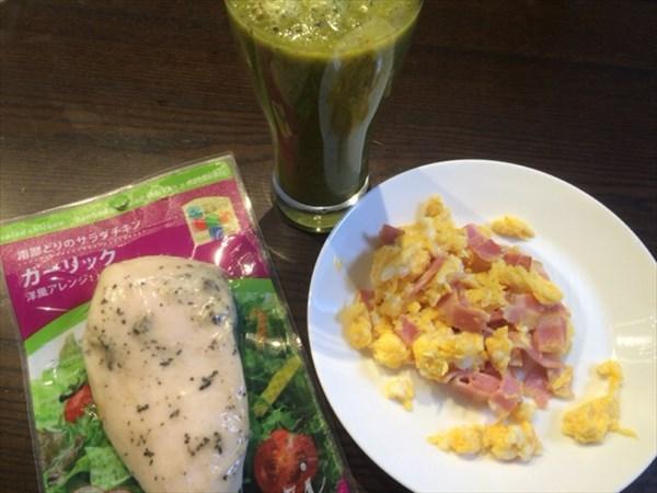 6/18の朝食で食べたサラダチキンとチアシードなし自家製グリーンスムージー