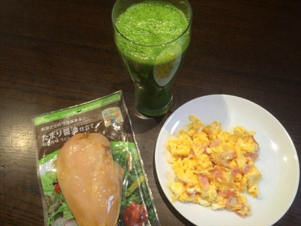 6/21の朝食で食べたサラダチキンとスムージー