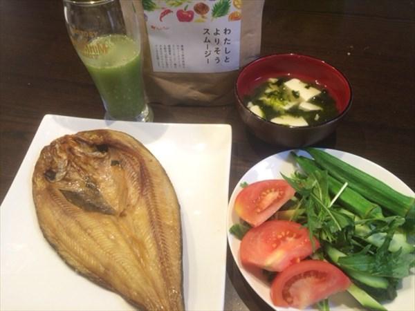 6/21の昼食で食べた魚とサラダとわたしとよりそうスムージー