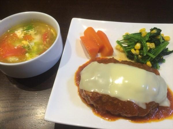 6/22のランチで食べたチーズハンバーグと野菜スープ