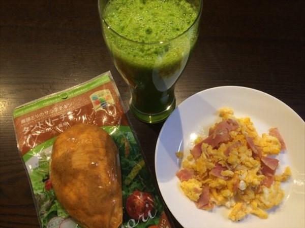 6/28の朝食に食べたサラダチキンとグリーンスムージー