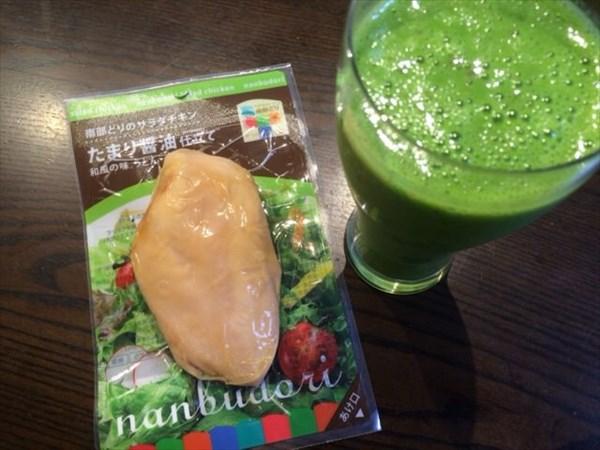 6/30の朝食で食べたサラダチキンとグリーンスムージー
