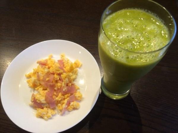 7/1の朝食で食べた卵とベーコンとスムージー