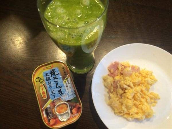 7/3の朝食で食べたチアシードなしグリーンスムージーと焼さんまの缶詰